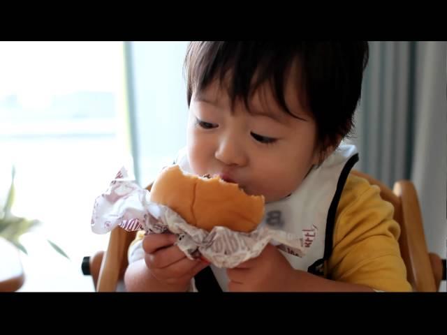 世界一ハンバーガーをおいしそうに食べる1歳児