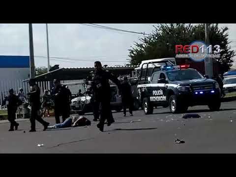VIDEO Motociclista lesionado tras chocar con una combi del servicio público