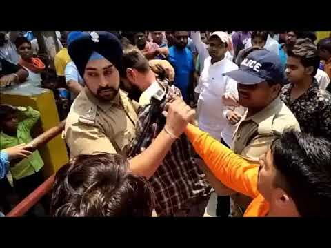 Brave ACT : Sikh Policeman saves life of Muslim Youth between angry crowd.