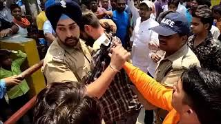 Brave ACT  Sikh Policeman saves life of Muslim Youth between angry crowd