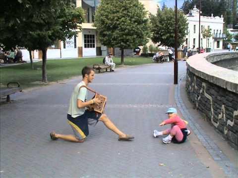 Jacobien dances with Russian accordeonist (foto's)