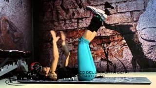 Crunch gambe alte con tocco della punta dei piedi e allungamento braccio dritto in alto