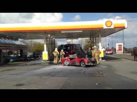 Meterhøje flammer åd sportsvogn på tankstation i Risskov