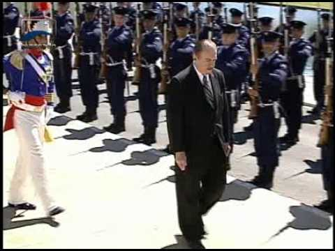 Sen. José Sarney, presidente do Congresso Nacional, passa em revista a guarda de honra