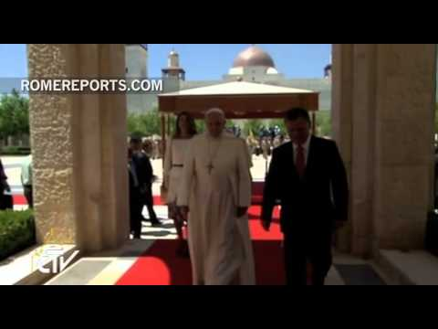 Abdullah and Rania of Jordan receive Pope Francis at the door of the Royal Palace