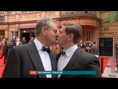 Downton Abbey stars kiss on the red carpet