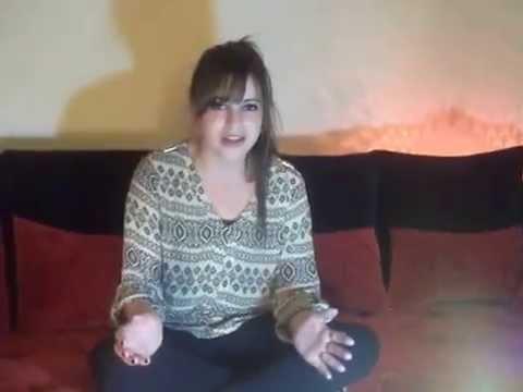 Une fille chante pour son homme en europe