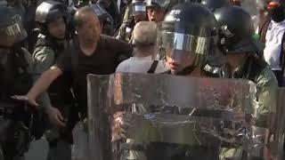 屯门集会上有年长示威者与警方发生冲突