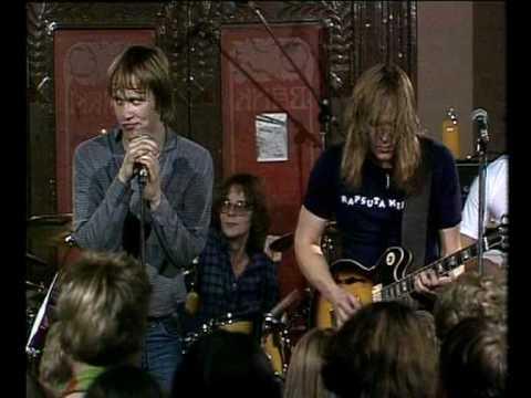 Eppu Normaali - Tyttö koulussani & Sikaillaan (Live '81)