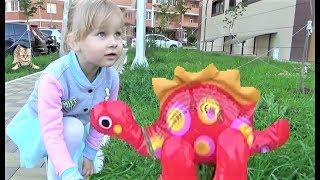 Алиса на детской площадке !!