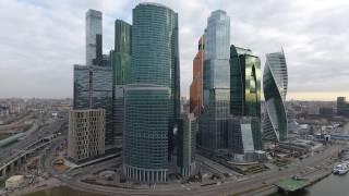 Смотреть видео Москва-СИТИ: потеря связи и низкий полет над небоскребом онлайн