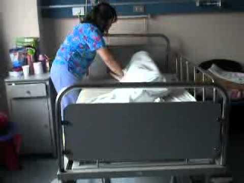 Arreglo de cama con paciente p i youtube for Cama cerrada