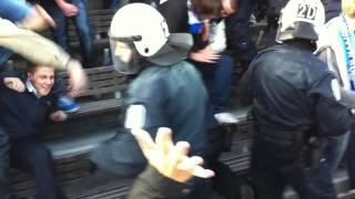 Suomen poliisi hallitsee väkijoukkoa