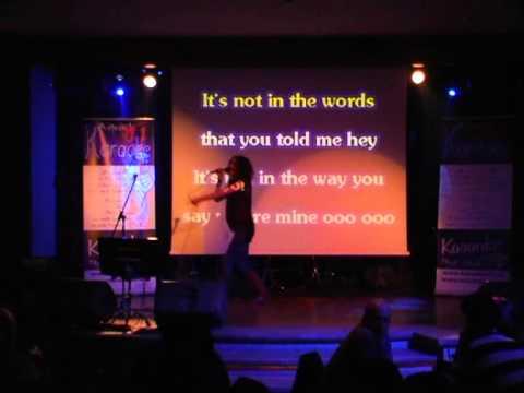 Andreea Zeicu din Sibiu canta la Karaoke TV pe scena Hard Rock Cafe Bucuresti