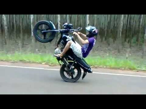 fotos de moto empinando