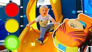 Развивающие игрушки машинки для малышей. Карл, Бьянка и Маша Капуки на детской площадке