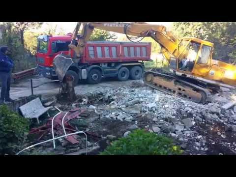 Escavatore fiat allis fe 20 in manovra carica MAN TGA 41. 480 dopo aver abbattuto demolito una villa
