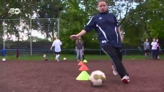 Хиджаб спорту не помеха - в Германии мусульманские девушки полюбили футбол(Многие приверженцы ислама считают, что воспитанным мусульманкам не стоит заниматься спортом. Однако в..., 2013-07-26T07:50:36.000Z)