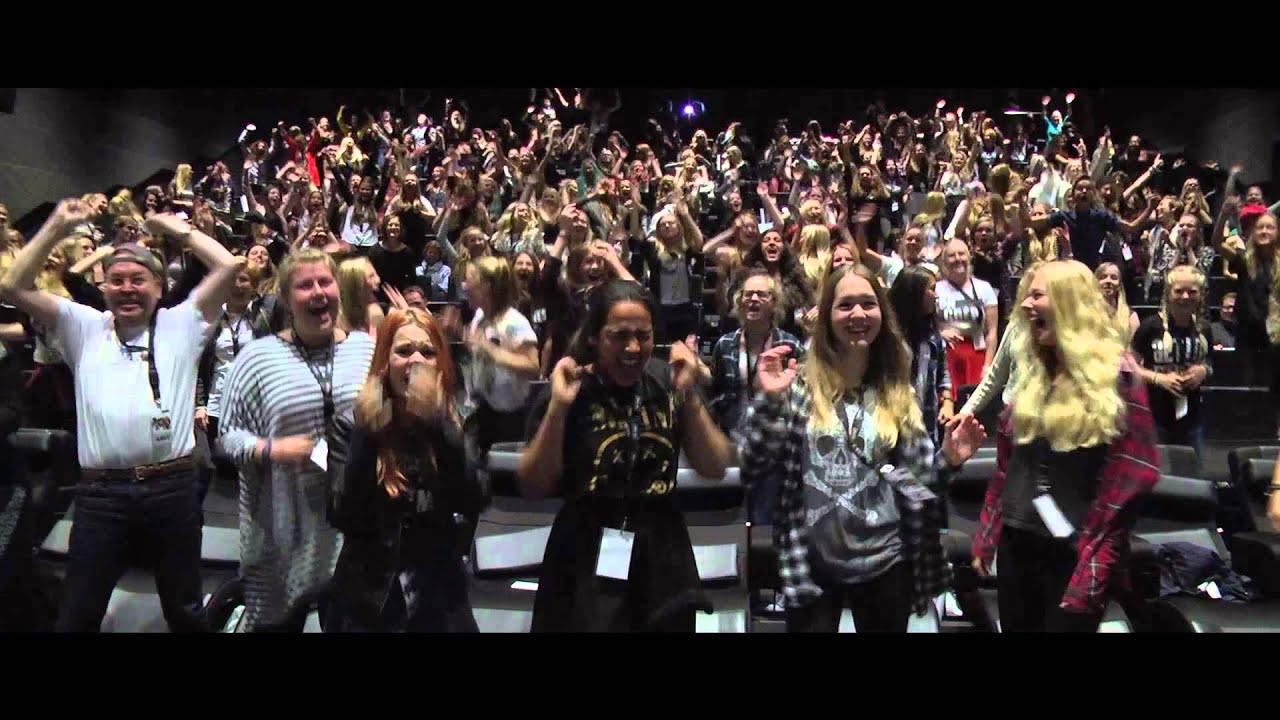 Screaming danish 5SOS-fans #5sosderpcon - YouTube