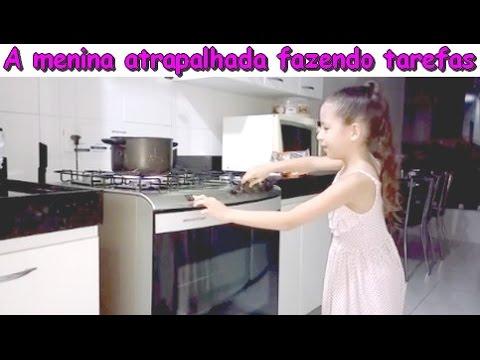 A MENINA ATRAPALHADA FAZENDO TAREFAS