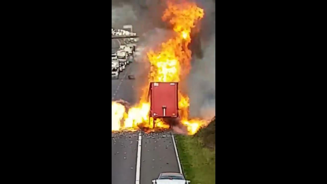 Download Un camion transportant des bombes aérosols prend feu et explose dans tous les sens