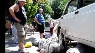 Как спасали котенка из-под машины