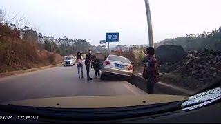 猛スピードですれ違った車がカーブで盛大に事故っててワロタwwwwww thumbnail