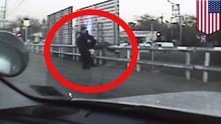 Полиция Далласа опубликовала видео спасения самоубийцы(Далласская полиция опубликовала кадры, снятые видеорегистратором, на которых полицейские спасают мужчину,..., 2015-01-29T16:52:02.000Z)