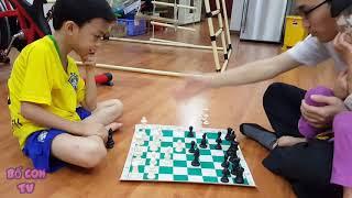 Chơi cờ vua cùng con trai