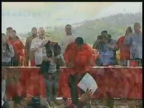 Maduro y Cilia bailando en cadena mientras sus esbirros reprimen