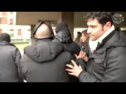 Thiếu nữ ngực trần tấn công cựu Thủ tướng Ý, maylocnuoc.info.vn.mp4