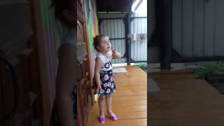 Трехлетняя девочка собралась замуж)