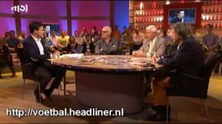 Rene van der Gijp krijgt een koekje van eigen deeg van Manolev (Voetbal International) (HQ)