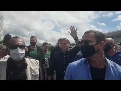 Bolsonaro vai ao encontro de apoiadores após sobrevoar carreata pró-governo em Brasília