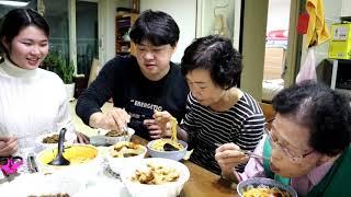 Bất ngờ tặng quà Mẹ và Nội(Phụ Đề)-Cả nhà ăn Mì TƯƠNG ĐEN và Champong! 🇰🇷162