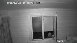 Вор увидел что его снимает камера доме