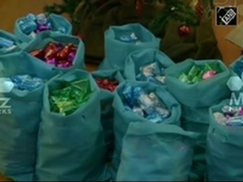 People Wrap Gifts For Strangers This Christmas Season 20