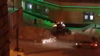 Мини-трактор сгребает снег