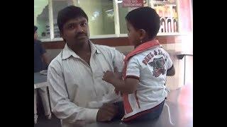 IHL221. Кафе в Бангалоре, забалованный ребёнок, мальчик в серёжках. Индия.