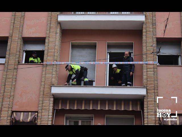 VÍDEO: Riesgo de caída de un balcón al que se había colgado alumbrado navideño en la calle San Francisco