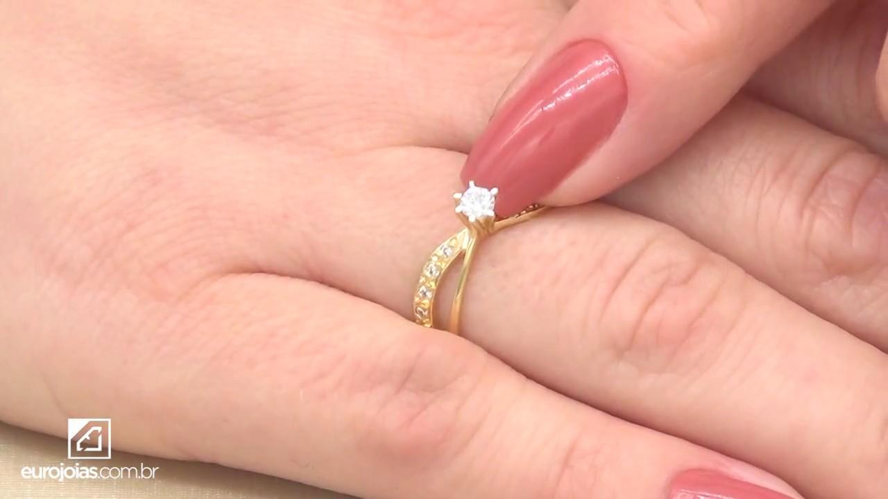 Anel Solitário com Diamante Central de 10 Pontos e 10 Diamantes Laterais,  em Ouro Amarelo 18 Kilates a7423cb2e5