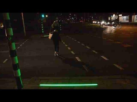 """Ciudad holandesa instala """"semáforo"""" en el suelo para los adictos al móvil"""