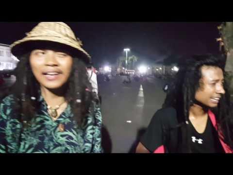 Pengamen Kota Tua nyanyi lagu Reggae Jawa Ngayogjokarto