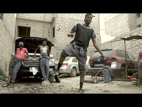 DANSER DANS UN ATELIER DE MÉCANIQUE - Axel Merryl (Afro dance)  by KOM!N