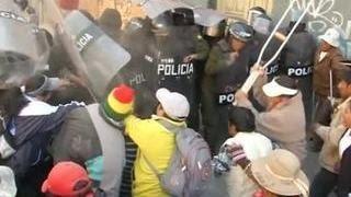 В Боливии полиция дубинками, ударами и газом разогнала митингующих инвалидов