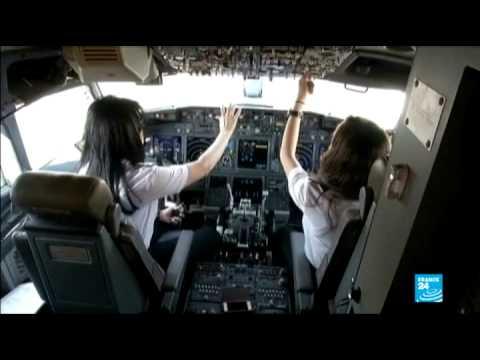 نساء مصريات يقدن طائرات