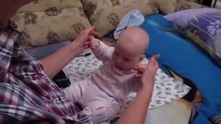 �������� ���� Развитие младенцев в 4 месяца Делаем зарядку Пытаемся присесть ������