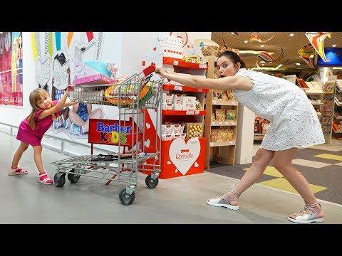 Тася и мама делают покупки в магазине Игрушек Shopping in Toy Store
