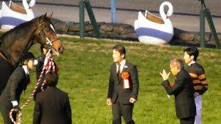 関係者のインタビュー、馬主・北島三郎さんの挨拶、記念撮影、そしてキ...