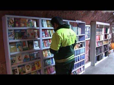في تركيا عمال تنظيفات يمنحون حياة جديدة للكتب المرمية